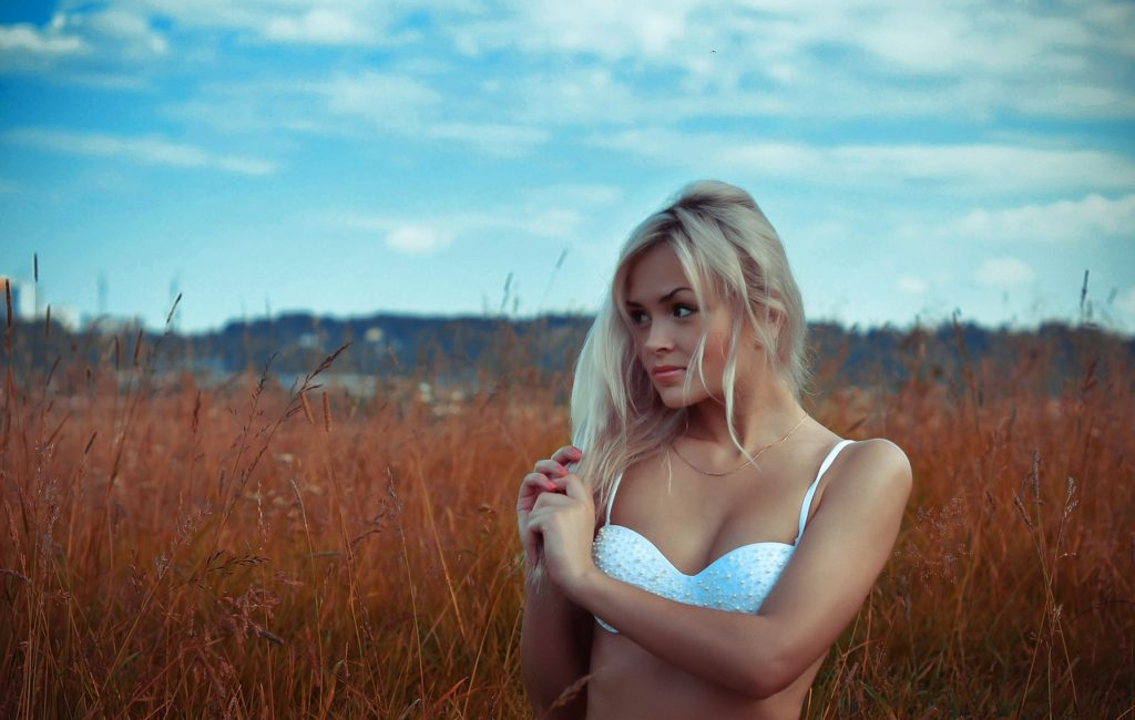 Field Blonde White Swimsuit - 99mimimi / Pixabay